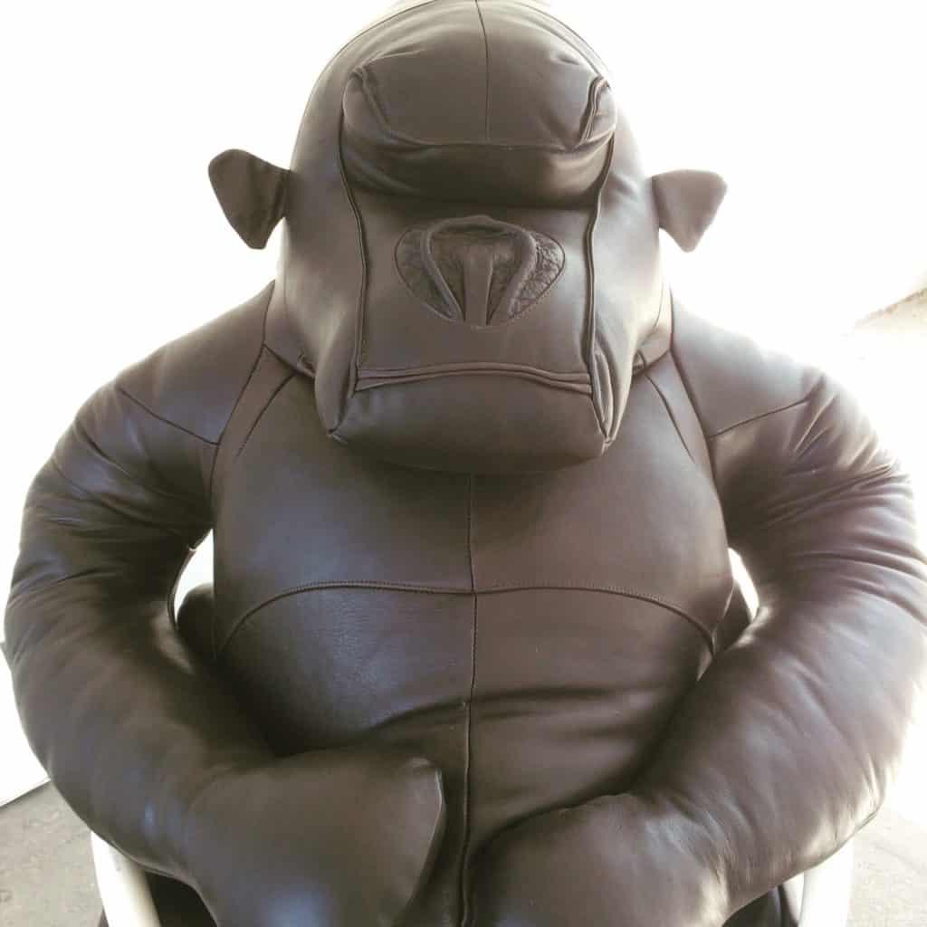 großer Gorilla aus Leder